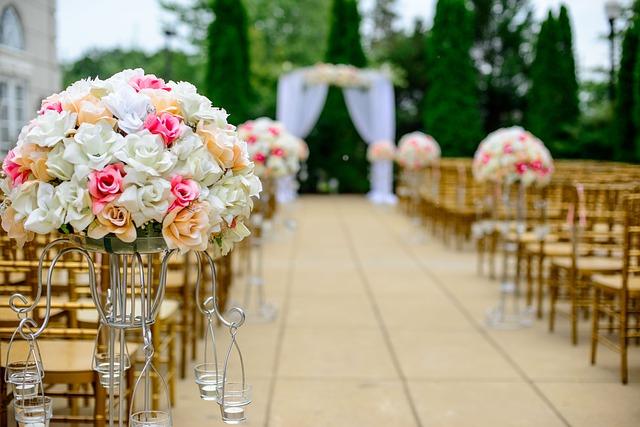 corredor decorado com flores
